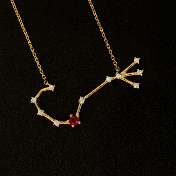 Sternbild Skorpion Granat Silberanhänger vergoldet mit Rubin und Zirkon.